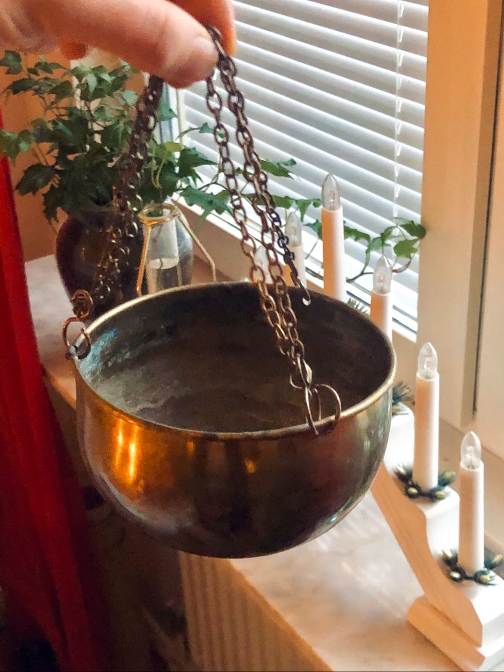 i bild syns en ampel som hålls upp framför ett fönster av sebastian thorell