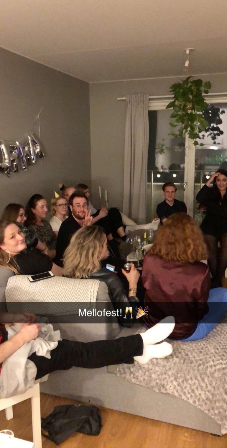 snapchat bild på en fest där människor sitter i en soffa av sebastian thorell