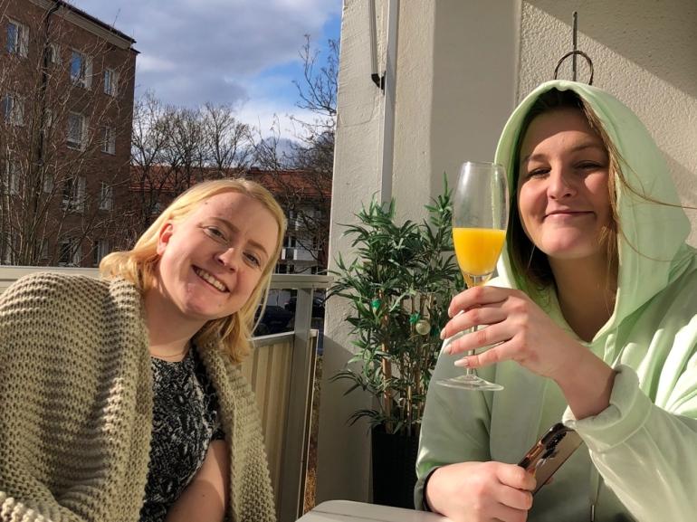 bild på tvår glada tjejer på en balkong som dricker mimosa av sebastian thorell