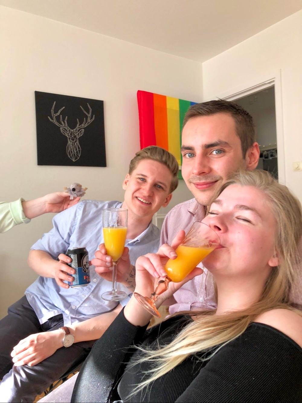 bild på tre glade personer som dricker mimosa och öl