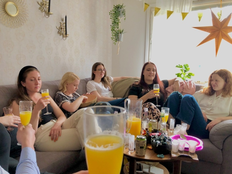 bild på ett gäng personer som dricker mimosa av sebastian thorell