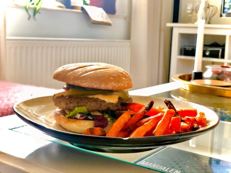 bild på en hamburgare med max bröd och sötpotatis pommer av sebastian thorell