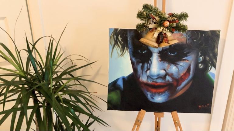 (en bild av en växt och en joker tavla utsmyckad med juldekoration av sebastian thorell