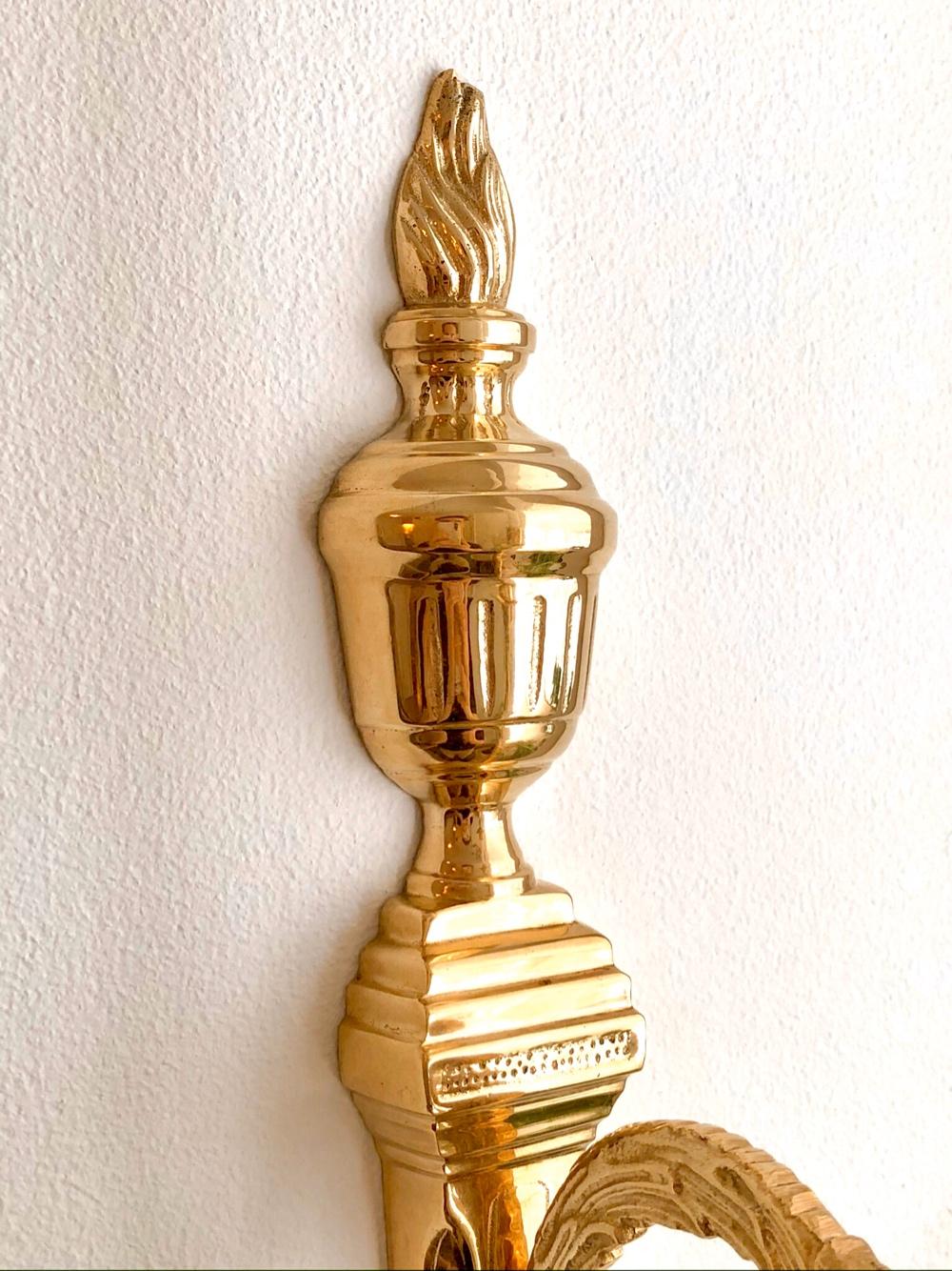 närbild på en ljusstake i guld av sebastian thorell