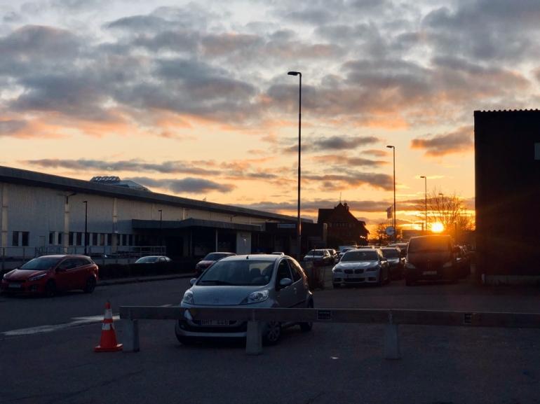 Solnedgång i Uppsala på en parkering av sebastian thorell