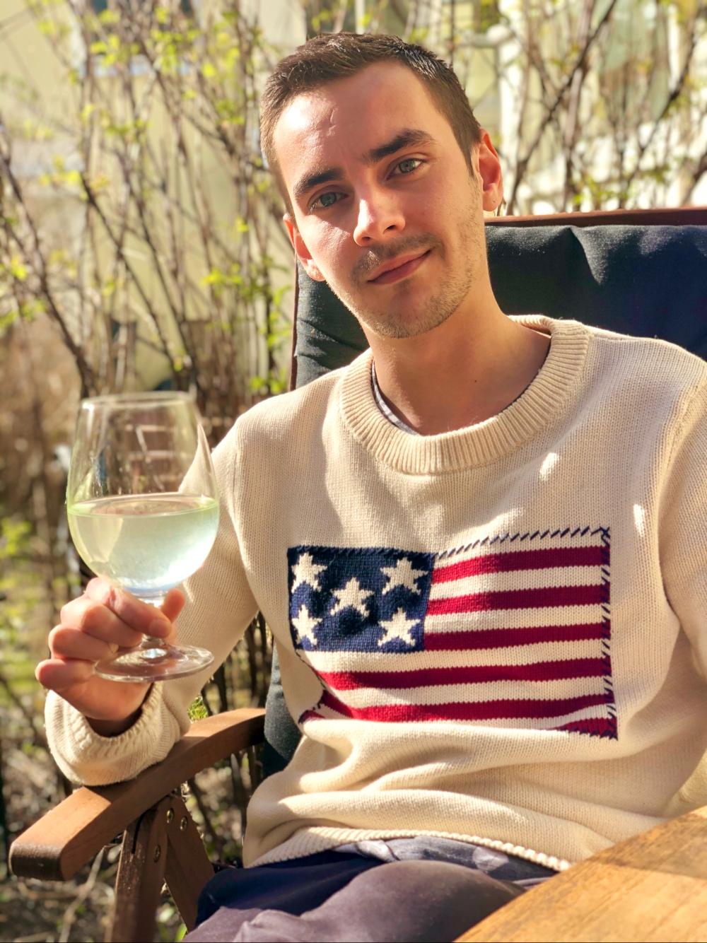 bild på en kille med en drink i handen som sitter ute av sebastian thorell