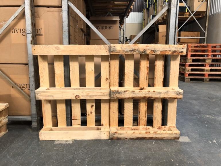 Två stycken halvpallar som är ett projekt att bli till hyllor av sebstian thorell