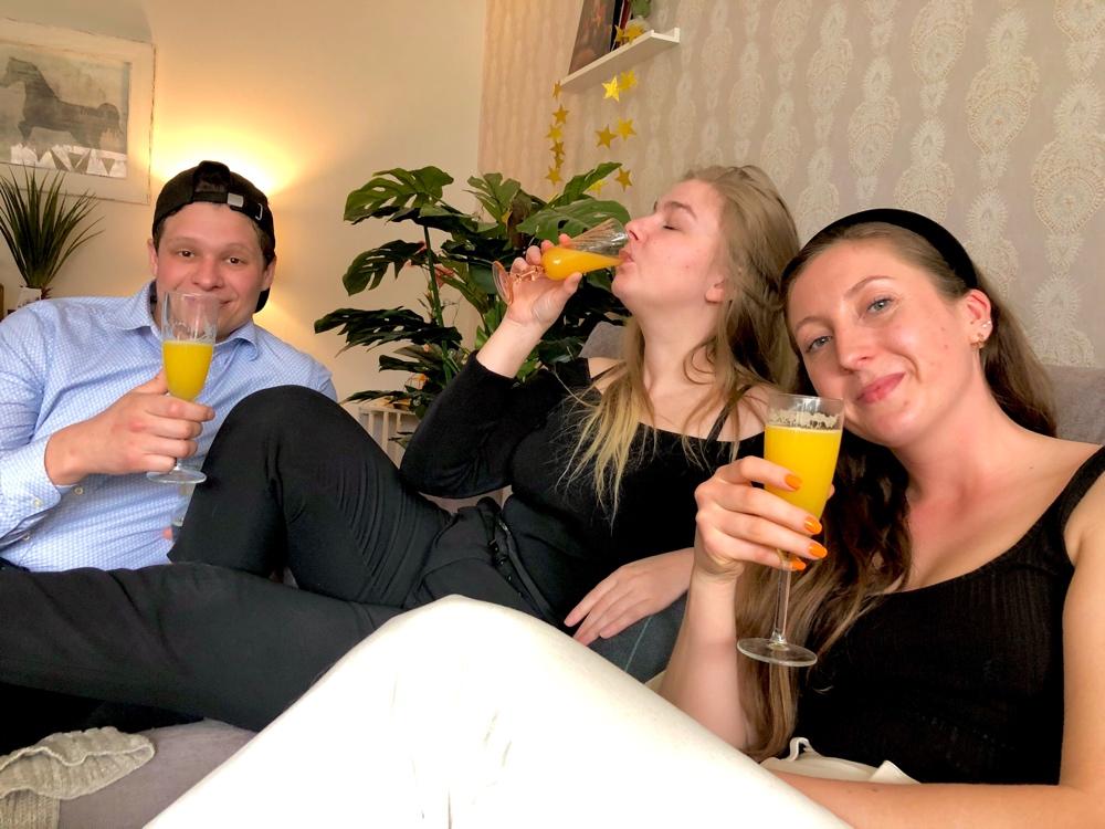 bild på tre glada personer som dricker mimosa