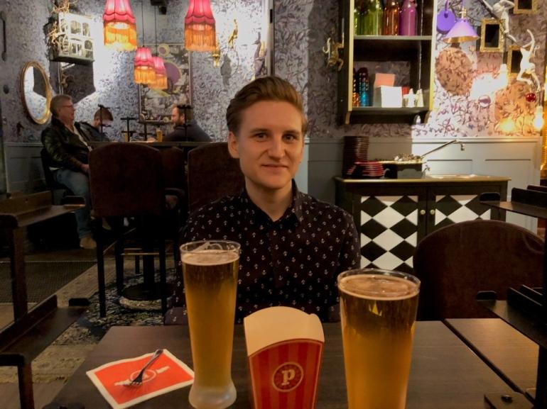 bild på thom och öl vid ett bord på resturangen pinchos av sebastian thorell