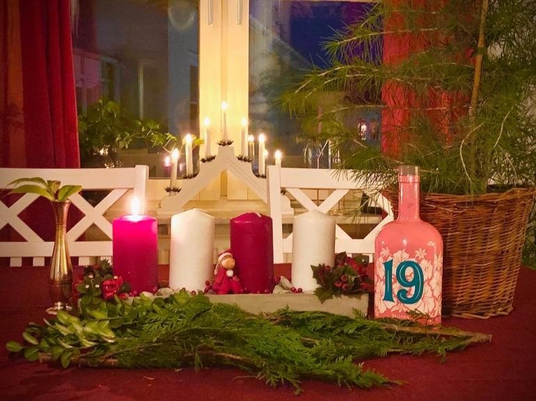 en jul bild på advents ljusstake med blossa glögg kvistar och ett cederträd av sebastian thorell