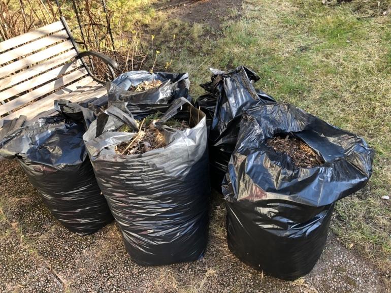 bild på fem stycken soppsäckar fyllda mad massa kvistar och löv av sebastian thorell