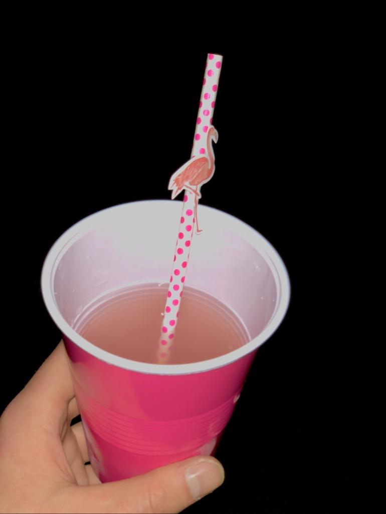 bild på bål i en mugg med ett prickit flamingo sugrör