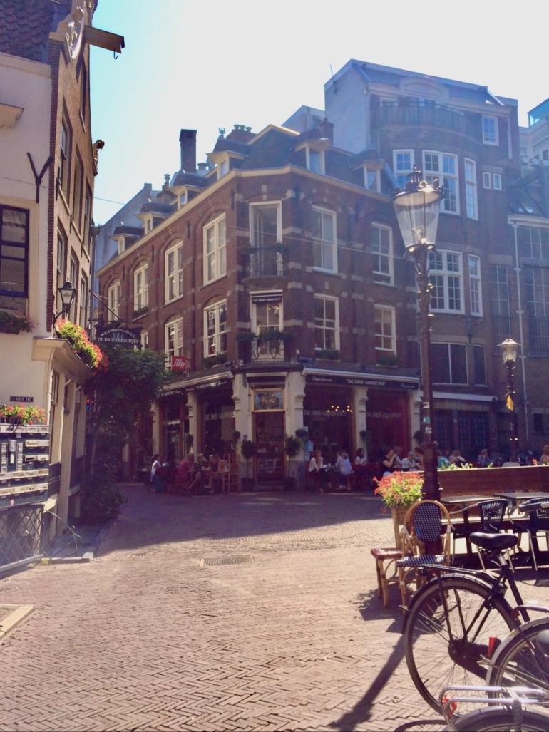 bild på ett cafe i en gränd i amsterdam av sebastian thorell