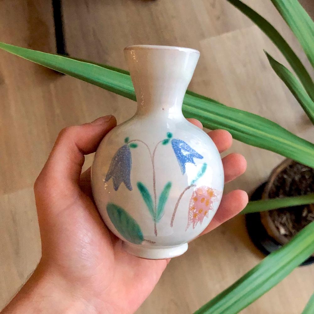 i bild syns en ekeby vas med blommotiv av sebastian thorell