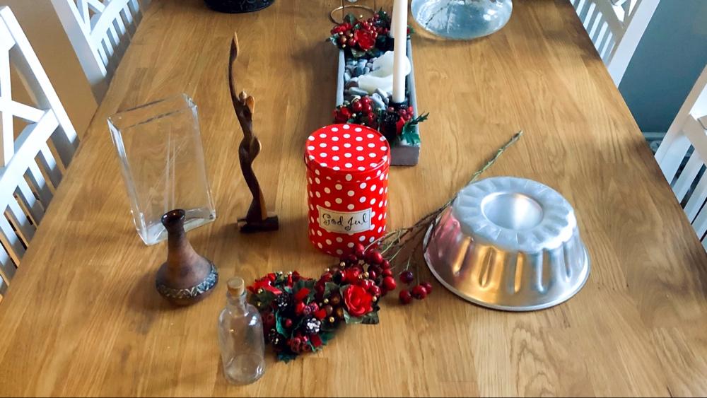 I bild syns sockerkaksform vaser prylar juldekoration och en plåtburk som står på ett bord av trä av sebastian thorell