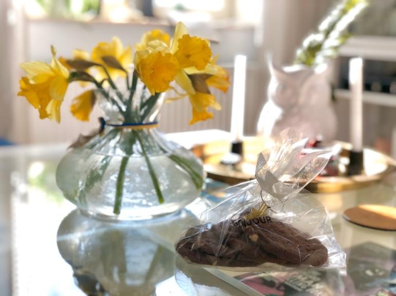bild på påskliljor i vas och en påse kakor av sebastian thorell
