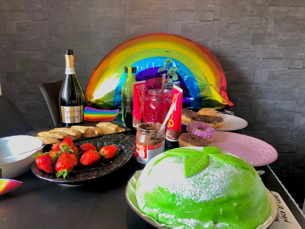 bild på ett bord med en hemmagjord prinsesstårta av sebastian thorell