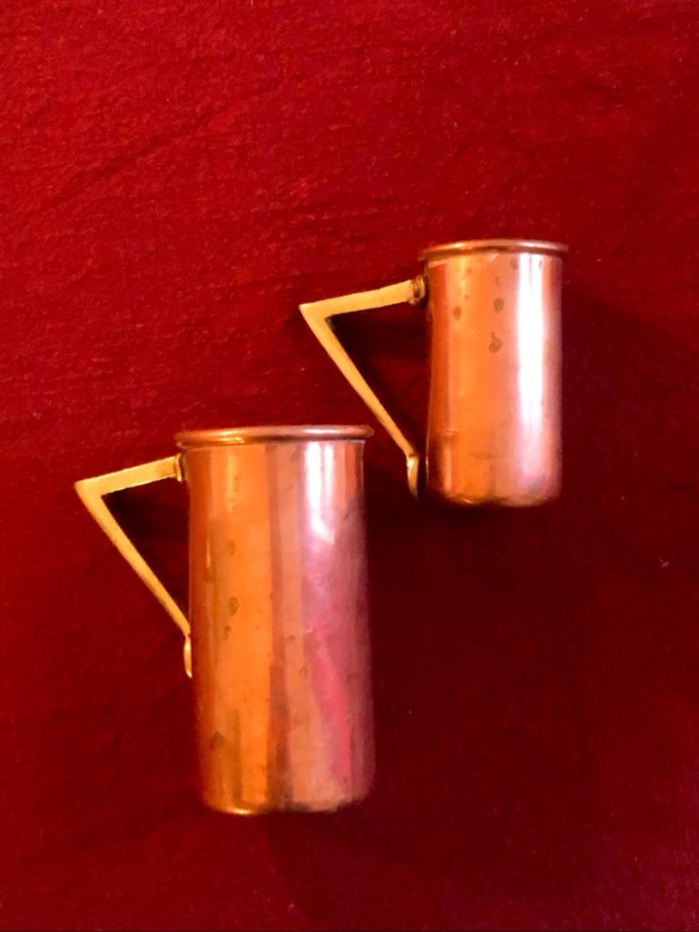 i bild syns två decilitermått i koppar som ligger på en röd julduk av sebastian thorell
