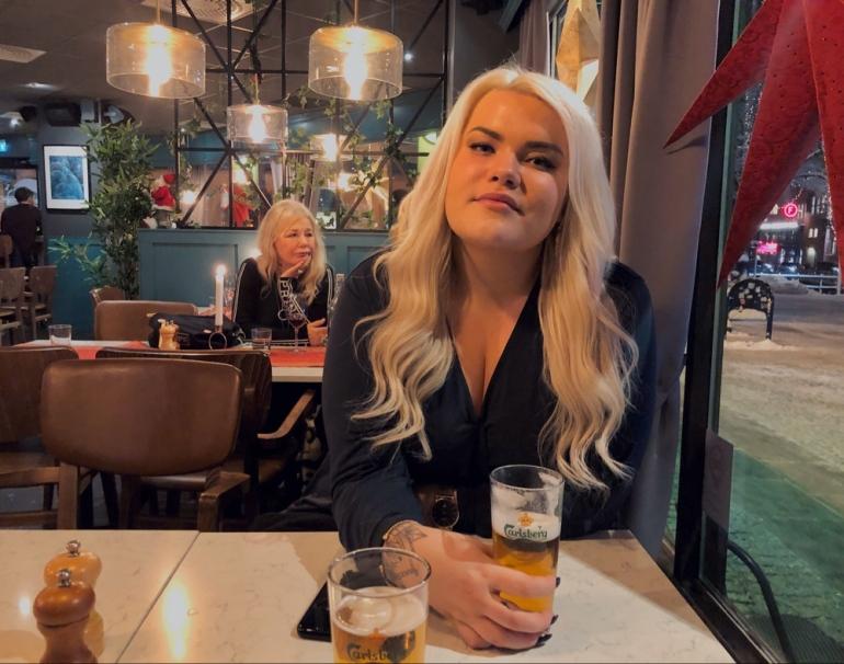 bild på en kvinnlig kompis på en bar av sebastian thorell