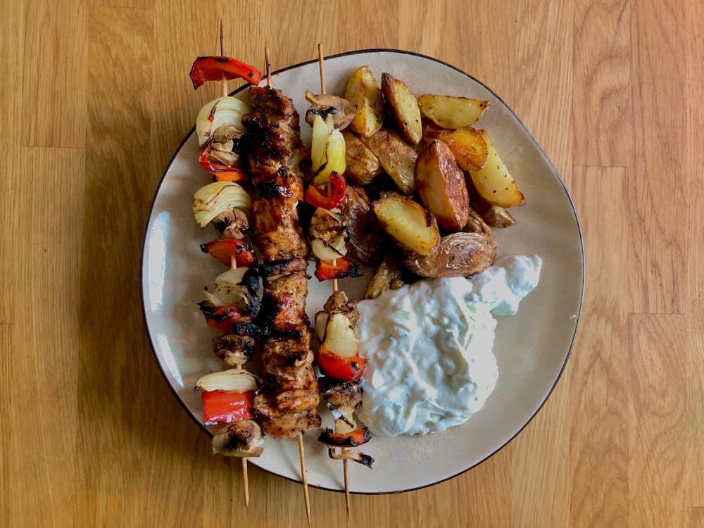 bild på en tallrik med grillade kyckling och grönsaksspett och tzatsiki av sebastian thorell