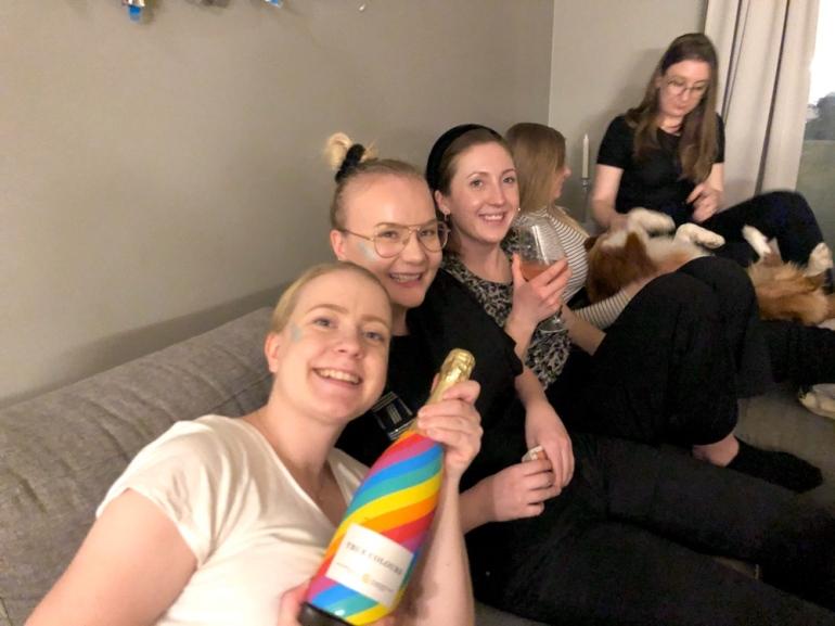 bild på ett gäng tjejer på en fest med en prid champange flaska och en hund av sebastian thorell