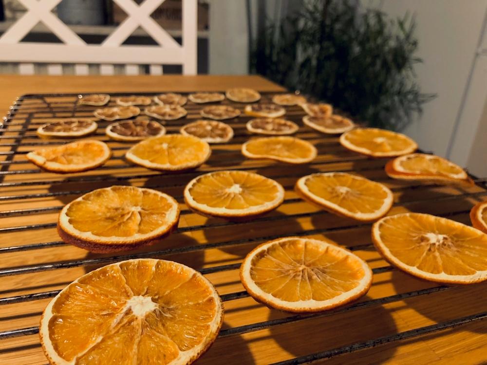 Bild på apelsin citron och lime skivor som har torkats i ugn och ligger på ett galler och svalnar