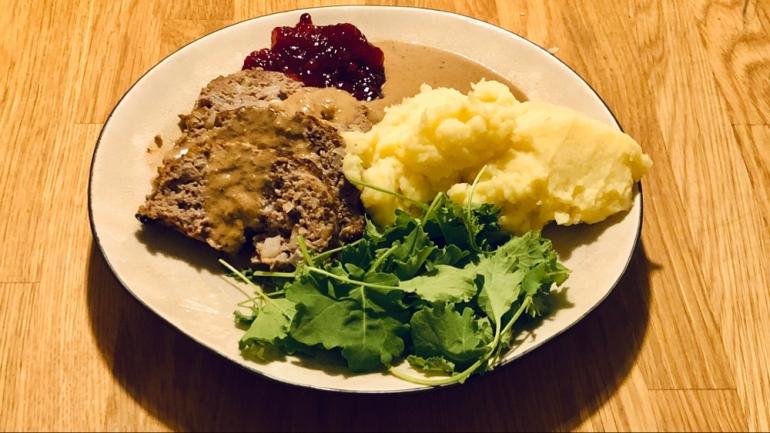 husmanskost bestående av köttfärslimpa potatismos gräddsås lingonsylt och sallad