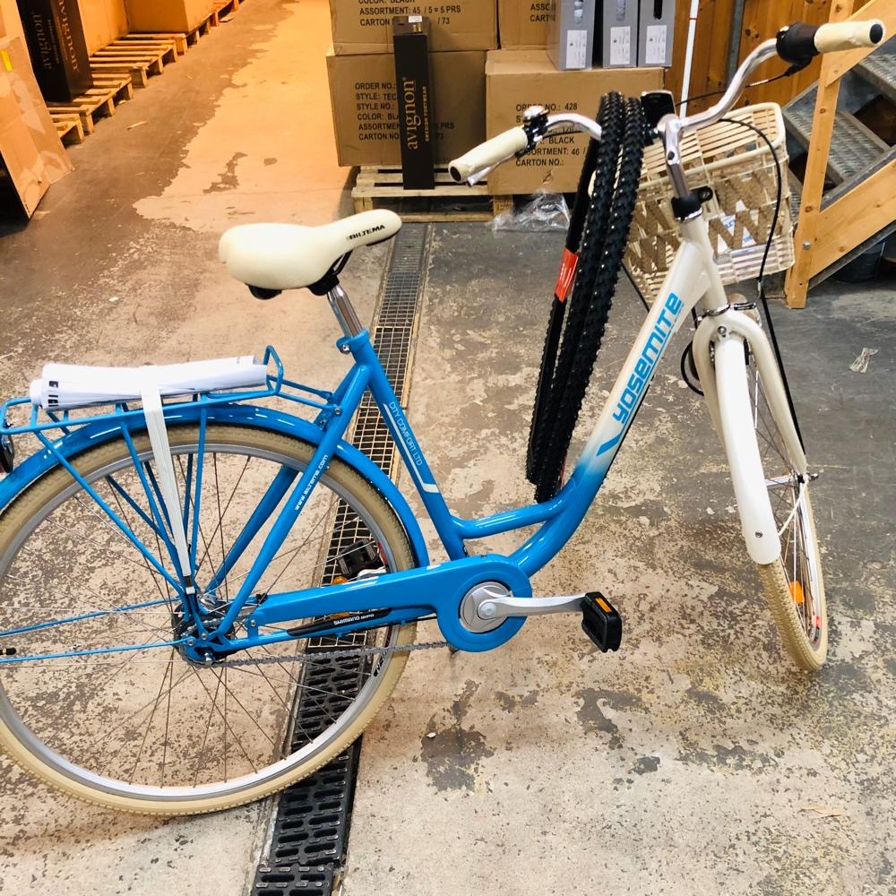en bild av en biltema cykel med vinterdäck i ett lager av sebastian thorell