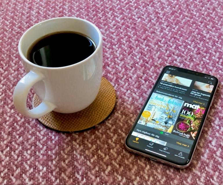 bild på kaffe kopp och en mobil med appen readly av sebastian thorell