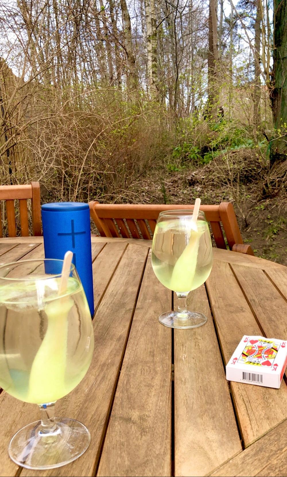 bild på ett utomhus bord med högtalare piggelindrinkar och kort av sebastian thorell