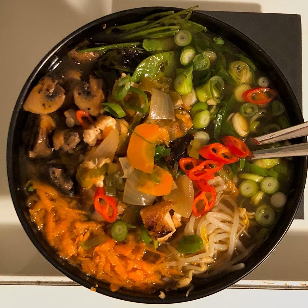 I bild syns en skål med ramen med champinjoner morötter chili av sebastian thorell