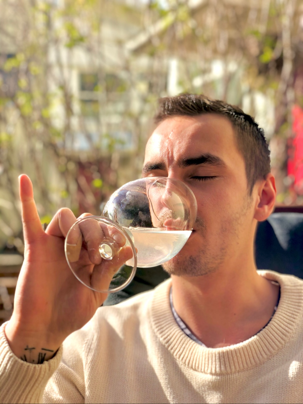 bild på en kille som dricker en drink ute av sebastian thorell